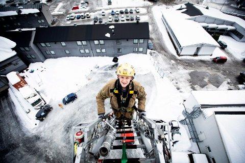 FIKK JOBB:  Espen Sameien fra Sørumsand har hatt en deltidsjobb i brannvesenet siden 2012. – Jeg gleder meg til å drive med det jeg synes er artig på fulltid, sier han. Han er en av ni som fikk jobb blant over 400 søkere.