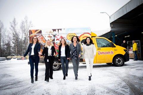 KVINNEDOMINANS: Her er alle de fem kvinnene i ledergruppa til Diplom-Is. Fra venstre: Cecilie Krüger Christiansen (HR-direktør), Carina Lysebo (kvalitetssjef), Rita Kristin Broch (administrerende direktør), Heidi Sandnes (drifts- og markedssjef Diplom-Isbilen) og Anne Borgen Sturød (marketing- og PU-direktør).