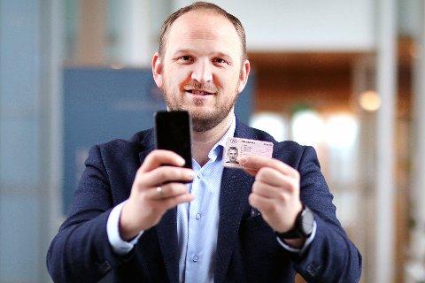 DIGITALT: Samferdselsminister Jon Georg Dale avslører nyheten om digitale førerkort.