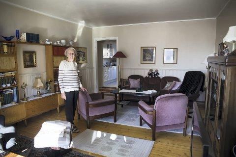 TILPASSER SEG: Eva Røstad likte leiligheten i fjerde etasje veldig godt, men ville ned i første da hun fikk mulighet. Blokka er uten heis. – Man må jo være litt fornuftig, sier hun. FOTO: MARIANNE ENGER