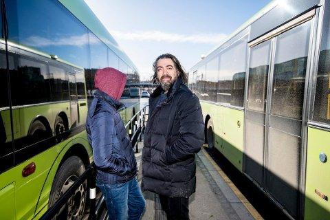 FARLIGE HOLDNINGER: Shahram Shaygan, faren til 13-åringen som opplevde hendelsen på bussen, er selv psykiater og samfunnsdebattant rundt tema innvandring og immigrasjon. Han sier ytringer som sønnen ble vitne til på bussen forrige uke kan føre til at unge mister tilhørighet til Norge og i verste fall havner i radikale grupperinger. Foto: Vidar Sandnes