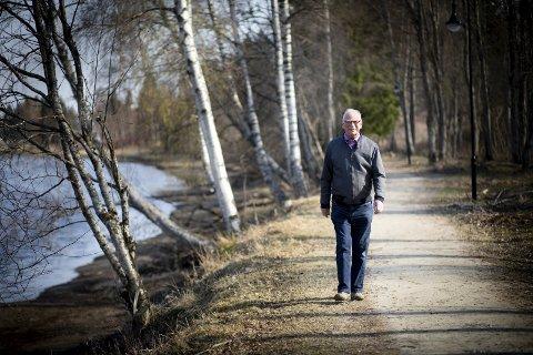 VIKtig:  - Det er viktig å røre på seg. Jeg har mine kneskader å takke for at jeg har vennet meg til å gå tur hver dag, sier Arild Øiesvold, her under legens anbefalte halvtimes tur i nærmiljøet. FOTO: LISBETH LUND ANDRESEN