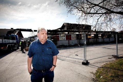 UHYGGELIG: Arild Eikås har innstallert sikkerhetsutstyr i hjemmet sitt etter at bygda har blitt rammet av flere uforklarlige branner. Han bor ikke langt unna  Nav- bygget som brant i påsken.