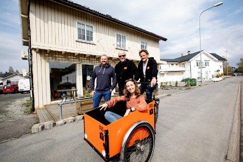 GIR FOLK EN NY SJANSE: I bruktbutikken Retro i Lillestrøm gir Kirkens Bymisjon og Skedsmo kommune tidligere og eksisterende rusavhengige en ny sjansen. Fra venstre: Dag Aspen Brekke, Jon Moslet, Jon Egenes og Nina Viola Sundstedt.