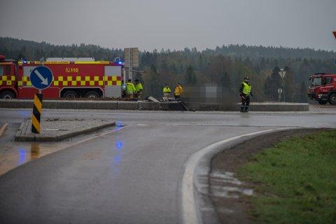 KJØRTE I RUNDKJØRINGA: Både politiet og veivesenet jobber i morgentimene søndag på ulykkesstedet ved Nybakkrysset.