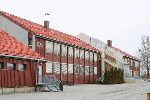 TREDJE SKOLE: Fredag blir det kjent at denne ungdomsskolen er den tredje som er rammet av korona på få dager – i samme kommune.