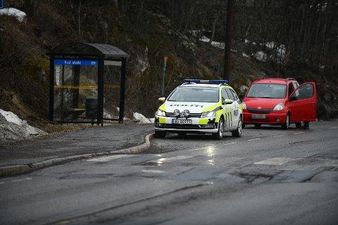 TOK MANGE: Her stanser en av UPs patruljer en bilfører ved Rud skole i Rælingen tidligere denne uka.