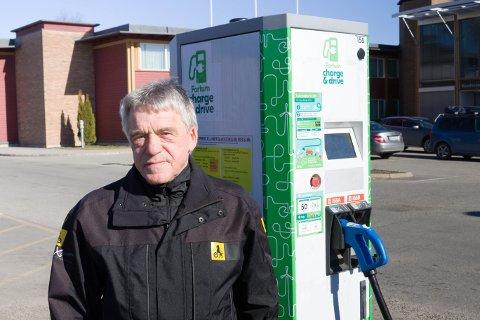BEKYMRET: Jan Ivar Engebretsen mener at for få hurtigladere kan gjøre at folk vegrer seg fra å kjøpe elbil.