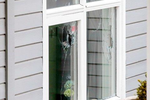KNUSTE VINDUER: To av vinduene i boligens første etasje er knust. Politiet opplyser at det er skutt med finkalibret våpen mot huset. Foto: Håkon Mosvold Larsen / NTB scanpix