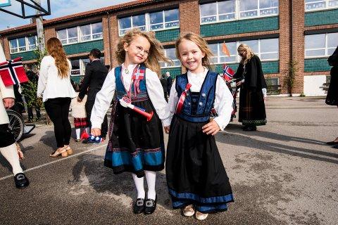 Mina Gjelstenli Bergquist (5) og Lillie Kristiansen (5) 17. mai i fjor.