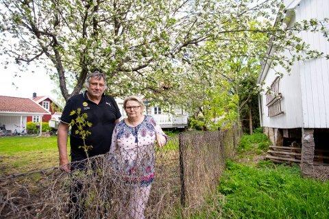Plages av drittlukt: Ekteparet Frank og Tina Grønlund er nærmeste nabo til uthuset som okkupanter har hatt som bolig i nærmere tre år. Avføringen havner under uthuset, to meter unna Grønlund-eiendommen.