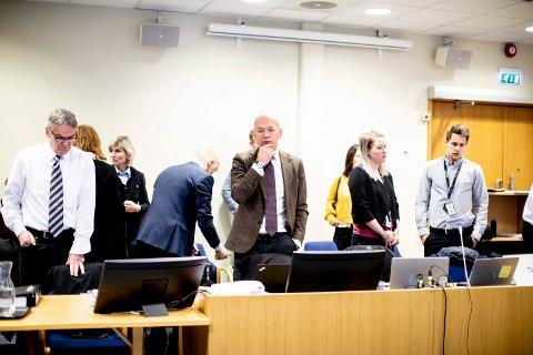 REKORDERSTATNING: Koordinerende bistandsadvokat Christian Lundin (midten) la torsdag ned påstand om til sammen 25 millioner kroner i oppreisning til de mange fornærmede.