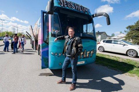 ADVARER: Fred Olsen har de siste ukene vært sjåfør på denne bussen til Jessheim-russen. Han understreker at han bare har hatt gode erfaringer med russen han selv har kjørt, men er samtidig klar på at han mener russebusser må forbys. – Det er bare et tidsspørsmål før det skjer en alvorlig ulykke, mener han.