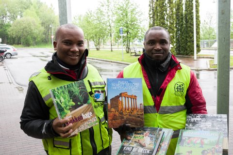 MANGE BØKER: Aliakim Ongeri Maretai (26) og Lukas Munene Mogo (34) selger bøker i alle mulige sjangre.