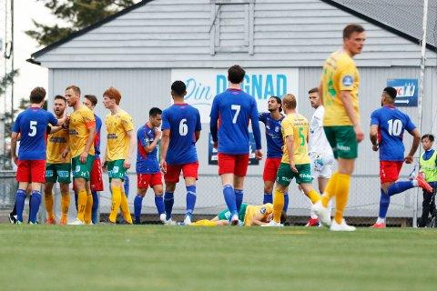 Besvimte: Mens Ole Kristian Langås ligger urørlig på bakken er spillerne i full gang å diskutere om Kisa-backen filmet eller ikke. Det gjorde han så definitivt ikke. Alle foto: Pernille Nielsen