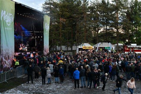 EN GJØRMETE AFFÆRE: Området på Nebbenfestivalen er dekt med duk for å gjøre festivalopplevelsen bedre.