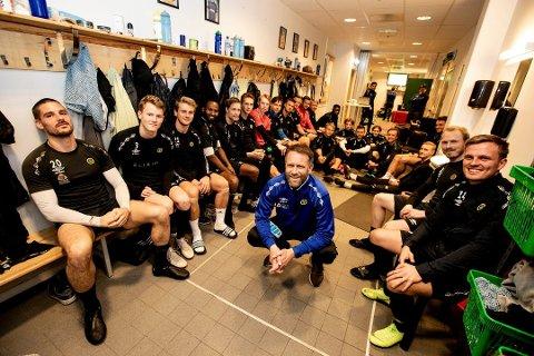 CUPFEST: Kisa-trener Trond Fredriksen(i midten) og spillerne hans skal møte Rosenborg på hjemmebane i 3. runde.