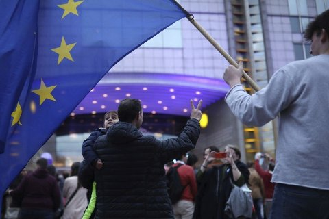 Mennesker samlet utenfor EU-parlamentet i Brussel på valgkvelden søndag.  Foto: Francisco Seco (AP / NTB scanpix)