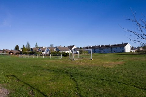 TRYGT: Kommunen anser det som trygt å drive utleie av kommunale boliger ved deponiet. Her fra da deler av gressplenen utenfor Lillehaugen borettslag ble stengt av etter funn av giftstoffet  arsen i fjor.