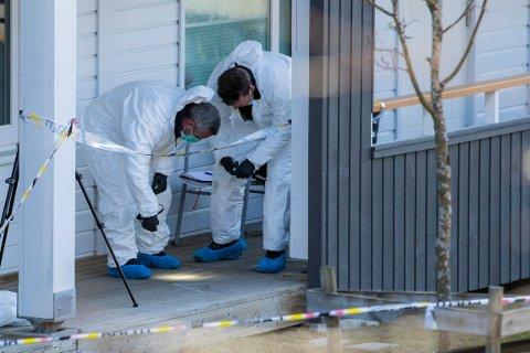 Krimteknikere fra politiet i arbeid utenfor en boligblokk på Strømmen hvor en kvinne ble funnet død i april. Eksmannen ble pågrepet og siktet for drap.