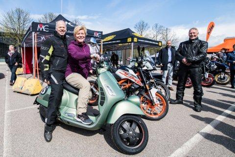 TAKKNEMLIG: Sekretær i Motorsykkelimportørenes Forening, Arve Lønnum (t.v), er takknemlig for at Frp-leder Siv Jensen har tatt initiativ til å redusere engangsavgiften på motorsykler.
