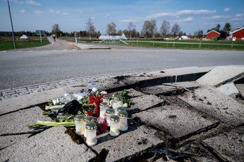 LA NED BLOMSTER: En mann i 20-årene fra Nes mistet livet da han braste inn i rundkjøringen på E16 ved Nybakkrysset i Ullensaker.