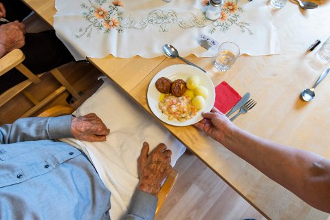 FORNØYDE: De eldre er fornøyde med maten, viser en fersk undersøkelse.
