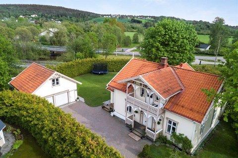 UNIK EIENDOM: Det ligger et historisk sus over denne eiendommen i Leirsund. Nå er den til salgs.