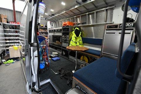 Inne i garasjene til Ullensaker kommune har tyvene tatt seg inn i flere biler og stjålet dyrt utstyr.