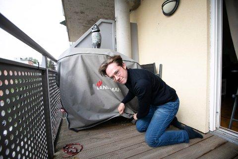 OVERRASKET: Lasse Rydgren fikk seg litt av en overraskelse da han skulleta av duken på grillen for første gang i år.