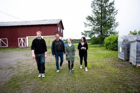 Tone Elstad holder Klimacamp for 70 ungdommer på gården sin.  Mogreina. Fra v: Even Mjaaland fra Natur og Ungdom, Bjørn Berg fra  Nei til tredje rullebane,  Karianne Opgård Andersen fra Greenpeace og Tone Elstad.