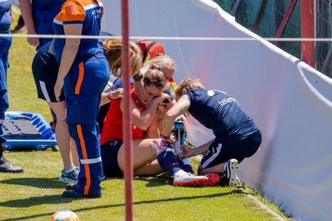 TØRKET TÅRER: Emilie Haavi røk korsbåndet på trening under VM torsdag. Nå er LSK Kvinner-spilleren reist hjem fra Frankrike. FOTO: NTB SCANPIX