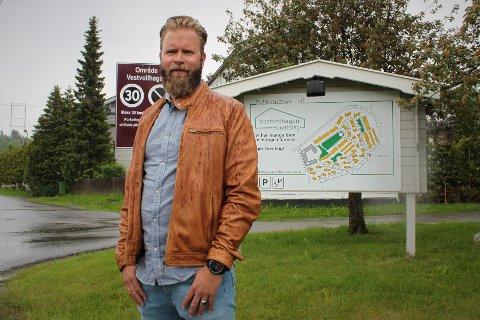 HØY TRIVSEL: Robert Mikkelson Espeland bor ved det nedlagte avfallsdeponiet på Holt Vestvollen og mener at området har fått et ufortjent dårlig rykte.