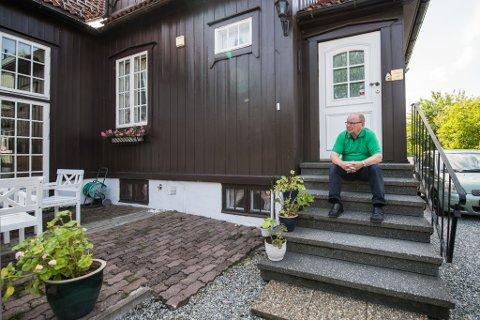 BEHOLDER HUSET: – De får heller bygge rundt meg, sier Erik Ruste, etter at politikerne har åpnet for utbygging i nabolaget hans. Mange av naboene har inngått avtaler om å selge til utbyggere.