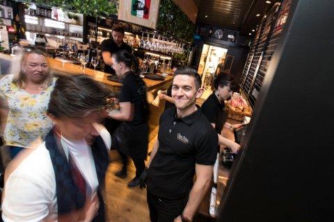 GULLDAG: Roberto Lepore, en av eierne av restauranten Casa Mia i Storgata i Lillestrøm, har i likhet med de fleste restauranteiere i Lillestrøm en travel dag på jobb.