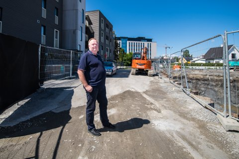-IKKE KOSELIG: Bjørn Lensnes stortrives midt i sentrum av Lillestrøm og tror Dovrekvartalet blir et fint område. - Men det går an å rydde opp etter seg mens man bygger, mener han.