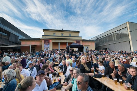 ROLIG FORELØPIG: Tidlig fredag kveld var det smekkfullt av folk som foran Kulturscenen.