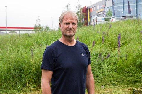 STORT PROBLEM: Kommunen jobber på spreng med å bekjempe planter som står på fremmedartslisten. Her er driftssjef for park og idrettsanlegg i Skedsmo kommune, Svein Rune Ussberg, foran en eng med lupiner som skal bekjempes.