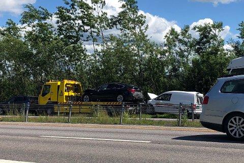 KJEDEKOLLISJON: Totalt seks biler var innvolvert i trafikkulykkene på E6 fredag ettermiddag.