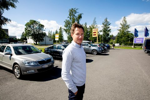 LITT RUND: – Jeg prøver å være litt rund i kantene. Pendlere som parkerer her, er jo gjerne også kunder hos meg, sier butikksjef Tom Arne Bergly.