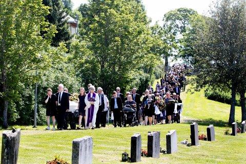 SAMMEN I SORG: Ole Gunnar Berntsen ble fulgt av flere hundre personer til gravstedet ved Fet kirke fredag ettermiddag.