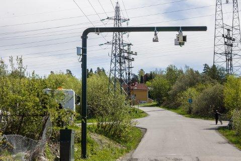 (B)OMSTRIDT: Politikerne i Lørenskog fikk ikke gehør fra bystyret i Oslo eller fylkestinget i Akershus for å flytte denne bommen som gjør at tre husstander i Mariholtveien må betale bompenger for å komme inn i egen kommune.