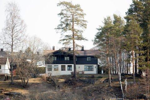 FUNNET SPOR: Huset til Tom og Anne Elisabeth Hagen.  Sloraveien 4. Anne-Elisabeth skal ha blitt fraktet bort herfra 31. oktober 2018. Politiet har funnet spor etter kamp på badet, og mener hun skal ha blitt fraktet bort i en bil.