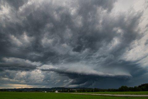 REGN I VENTE: Meteorolog Siri Wiberg melder om regnvær, også denne uka.