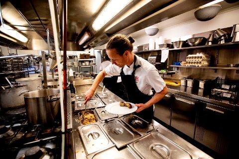 Kjøkkensjef Øystein Næss og de andre ansatte får det virkelig til å svinge. (Foto: Tom Gustavsen)