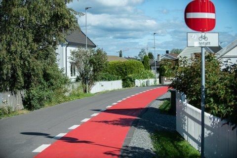 Slik ser det ut i en av Lillestrøms gater etter den nye malingen. Hvilke regler gjelder?