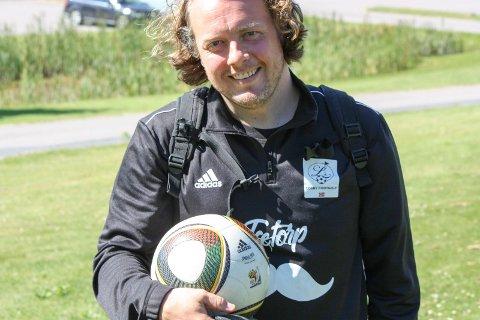 BITT AV BASILLEN: Halfdan Roth håper at flere vil prøve footgolf framover. Han poengterer at det er en sosial idrett med lavt terskel, som alle kan hevde seg i – fotballbakgrunn eller ei. Selv ble han raskt hektet på å spille footgolf da han begynte for tre år siden.
