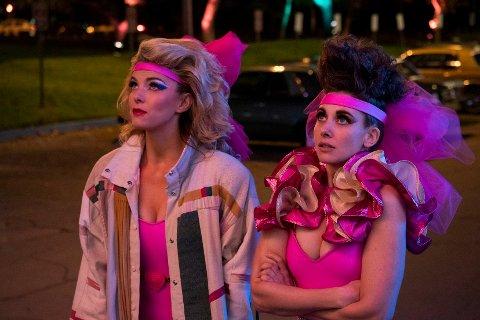 Netflix fikk 117 Emmy-nominasjoner denne uka, men antallet nye abonnenter skuffer investorene på børsen. Bildet er fra den Emmy-nominerte Netflix-produksjonen «GLOW» med Betty Gilpin og Alison Brie. Foto: Ali Goldstein/Netflix via AP / NTB scanpix