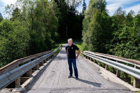 På denne smale brua er det 80-sone. – Her burde det vært satt opp skilter, sier Jan Ivar Engebretsen i NAF.