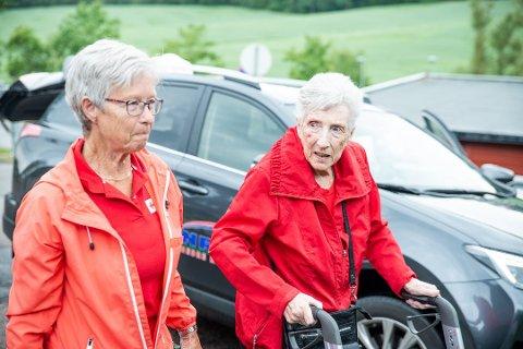 Mye hjelp: Besøksvenn Mette Else Olsen er til god hjelp for 91 år gamle Anne Tyler.